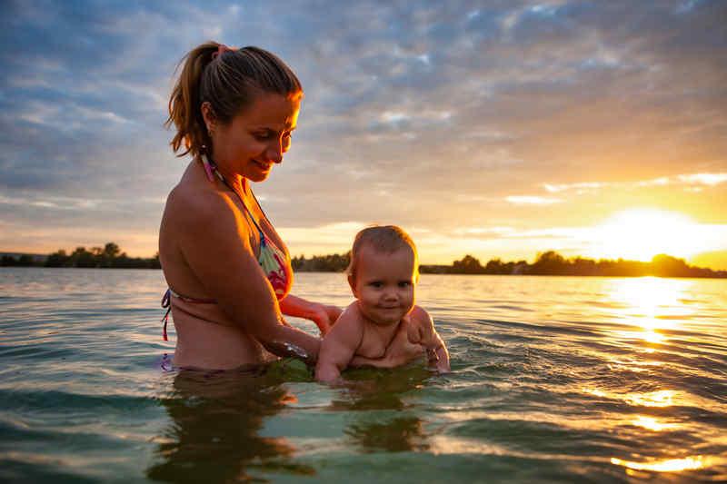 femme et son bébé dans la mer