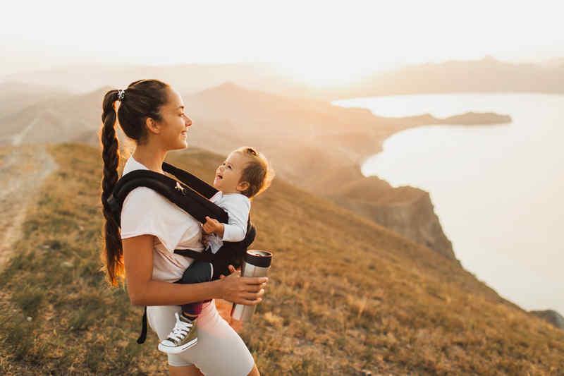 jeune femme fait une randonnée avec son bébé