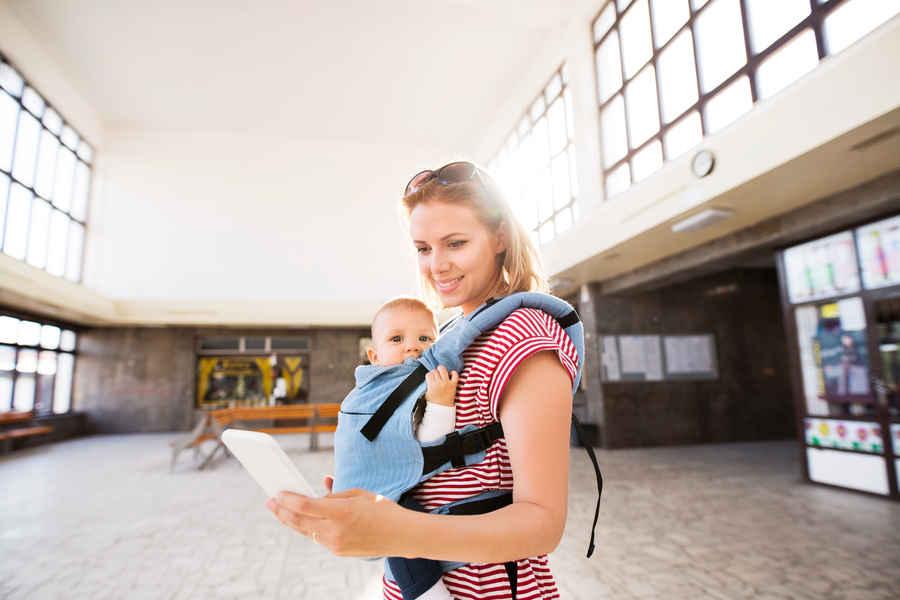 Maman qui voyage avec son bébé
